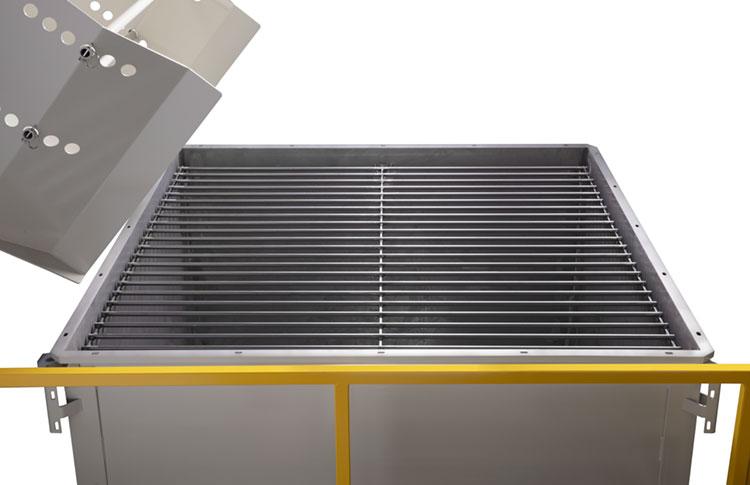 Bulk material surge bin with steel bar grate